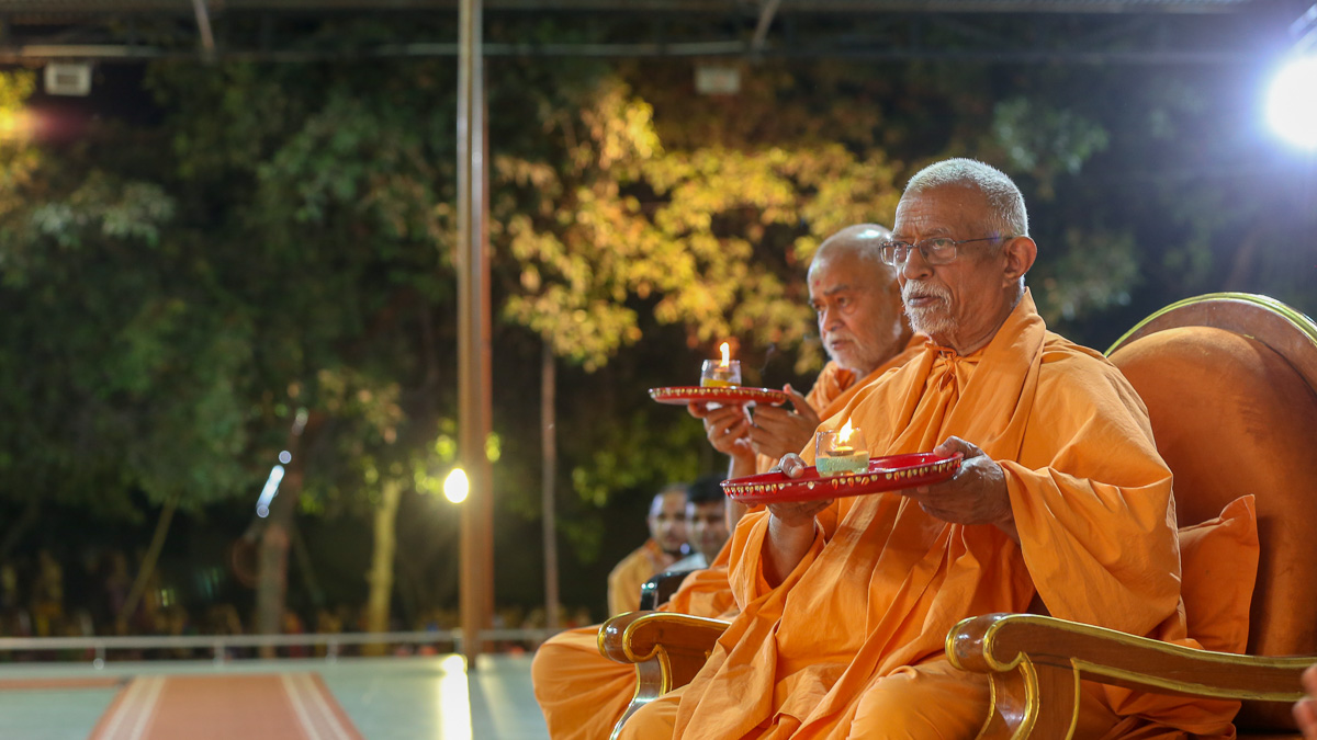 Pujya Doctor Swami and Bhagwatpriya Swami perform the  evening arti