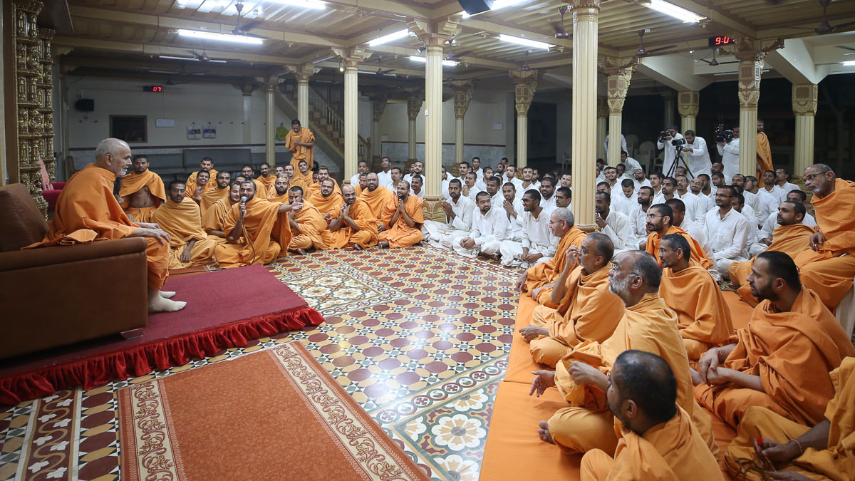 Sadhus and sadhaks doing darshan of Swamishri in the sabha mandap