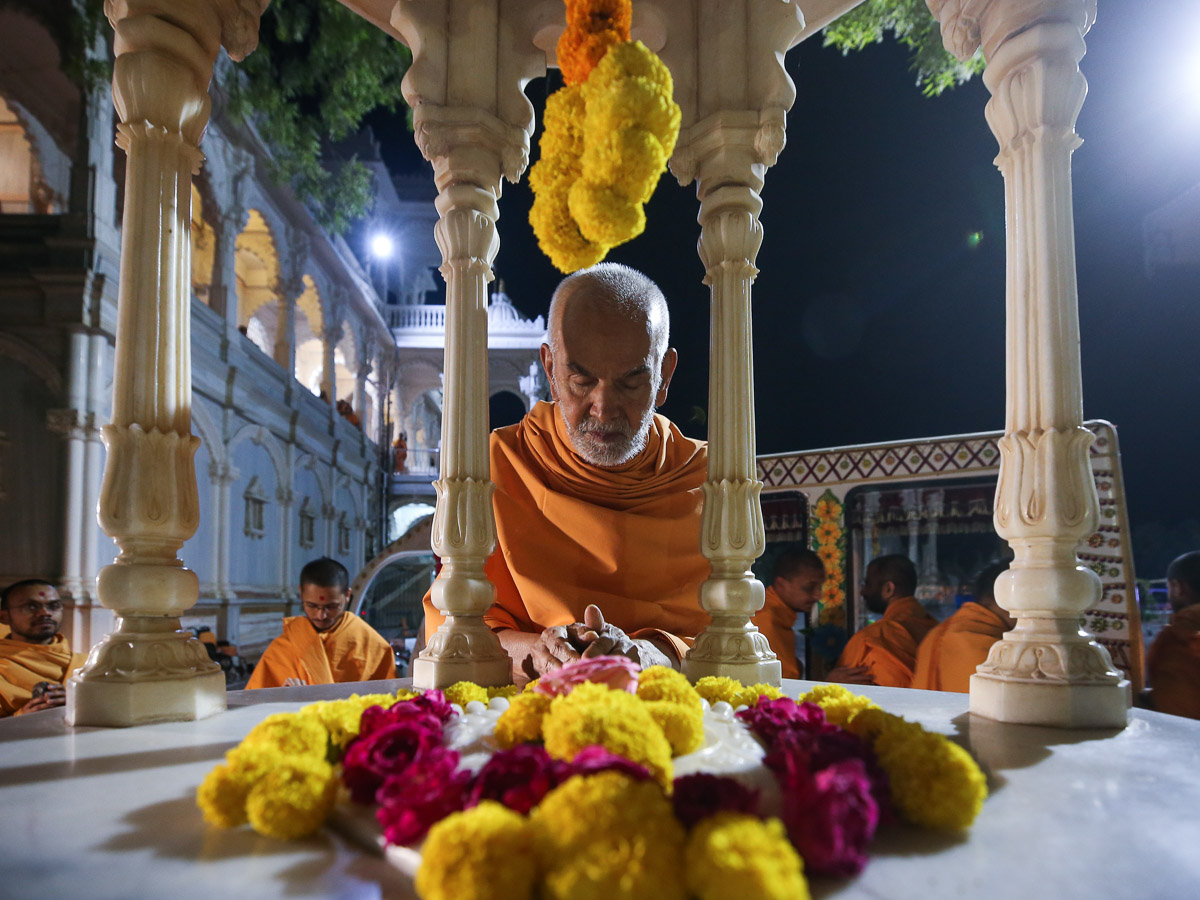 Swamishri engrossed in darshan of the holy charanarvind of Bhagwan Swaminarayan