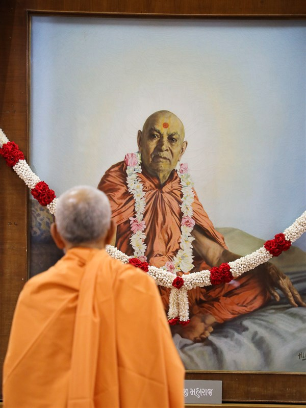 Swamishri engrossed in darshan of Brahmaswarup Shastriji Maharaj in the Rang Mandapam