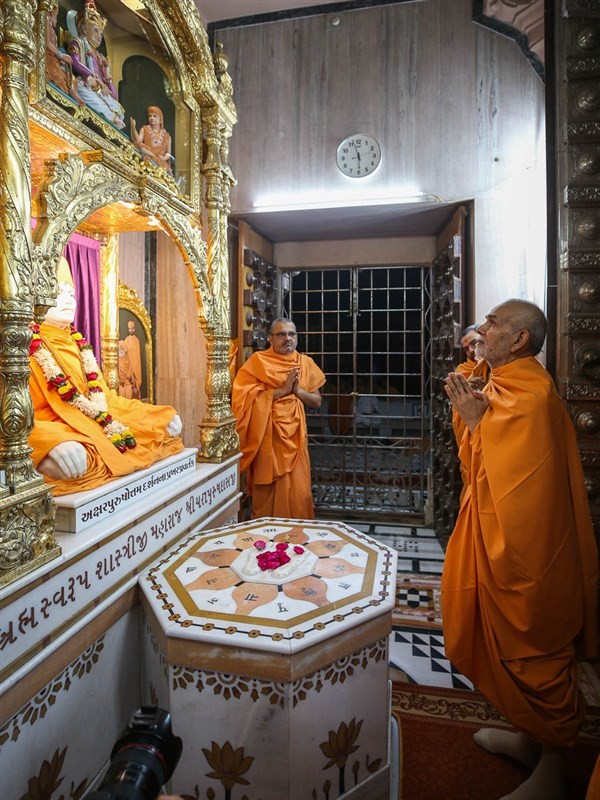 Swamishri engrossed in darshan at Yagnapurush Smruti Mandir