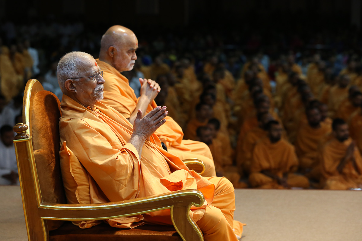 Pujya Swayamprakash Swami (Doctor Swami) and Bhagwatpriya Swami doing darshan of Swamishri