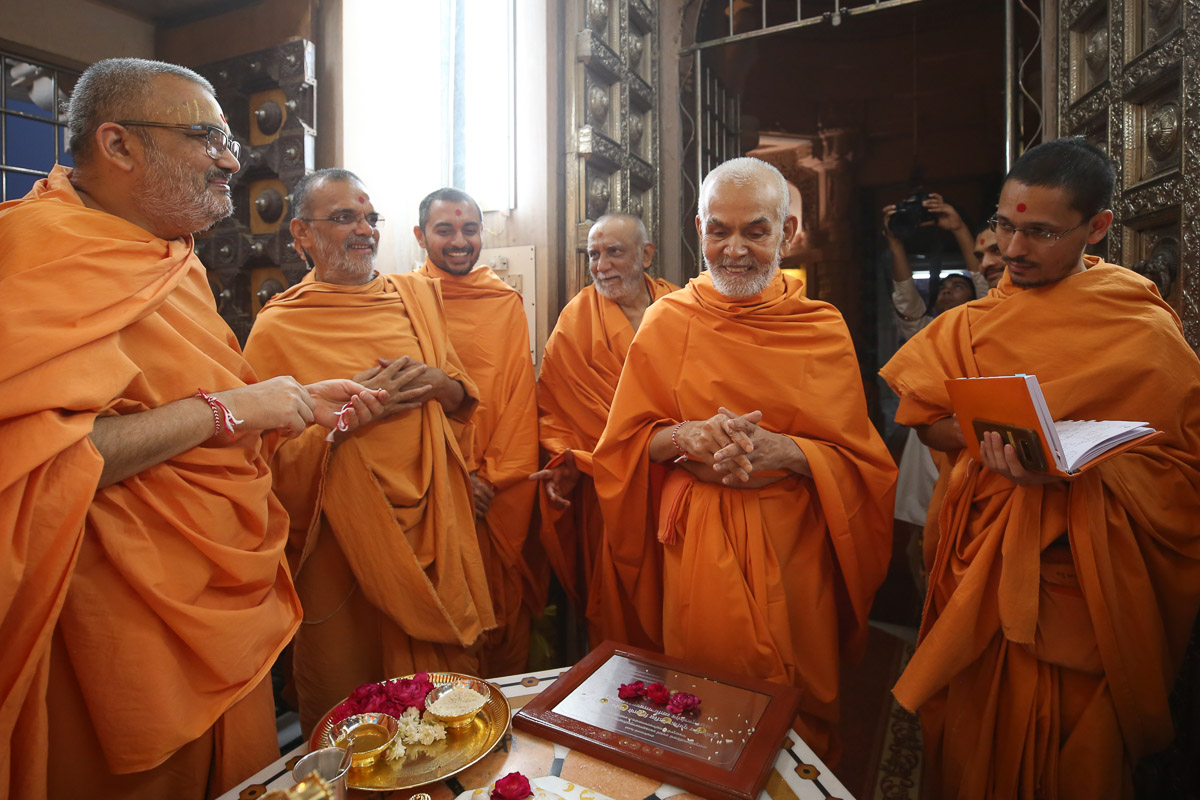 Swamishri converses with swamis
