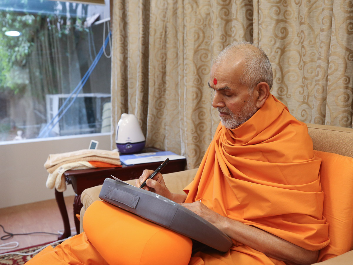 Swamishri replies to the letters of devotees