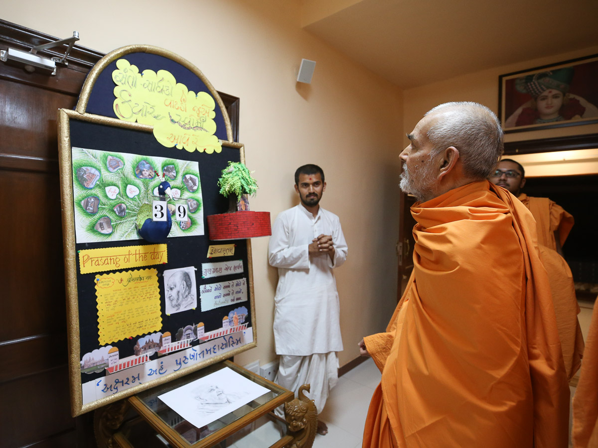 Swamishri observes decorative display in the evening
