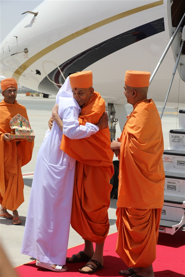 His Excellency Sheikh Nahyan Mabarak Al Nahyan, UAE Minister of Tolerance welcomes Swamishri with a warm embrace