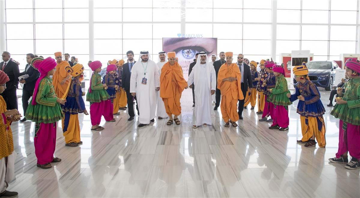 Children honor Swamishri and HE Sheikh Nahyan Mabarak Al Nahyan with flower petals