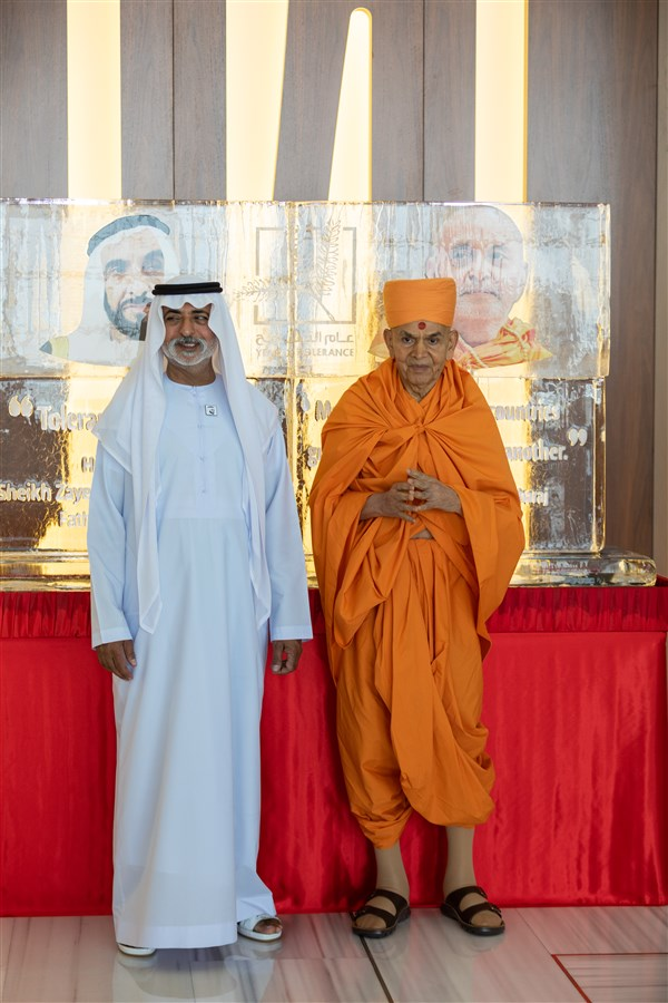 HE Sheikh Nahyan Mabarak Al Nahyan and Swamishri stand before ice sculptures of the UAE's founding father, Sheikh Zayed bin Sultan Al Nahyan, and His Holiness Pramukh Swami Maharaj