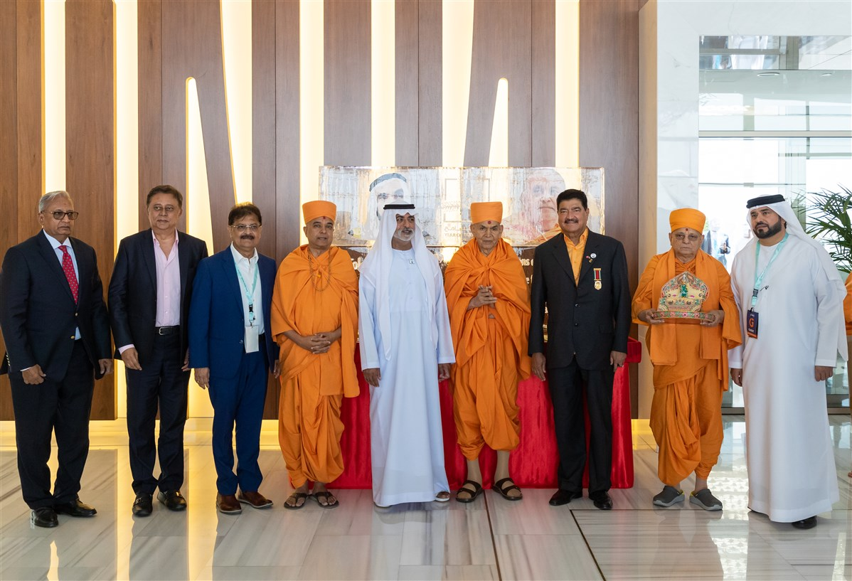 Devotees and dignitaries with His Excellency Sheikh Nahyan Mabarak Al Nahyan and His Holiness Mahant Swami Maharaj