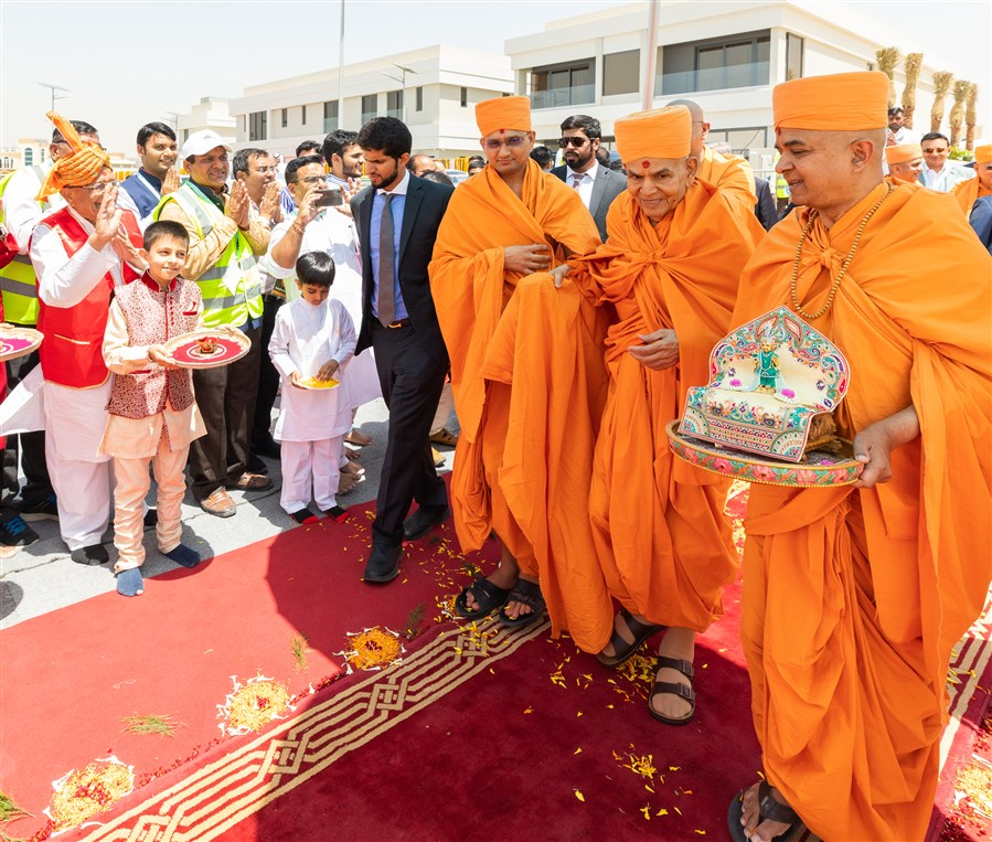 Swamishri arrives at Jumeirah Park assembly