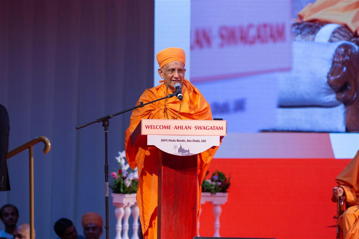 Atmaswarup Swami addresses the assembly