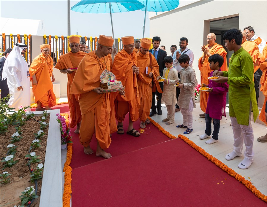 Children welcome Swamishri with flower petals