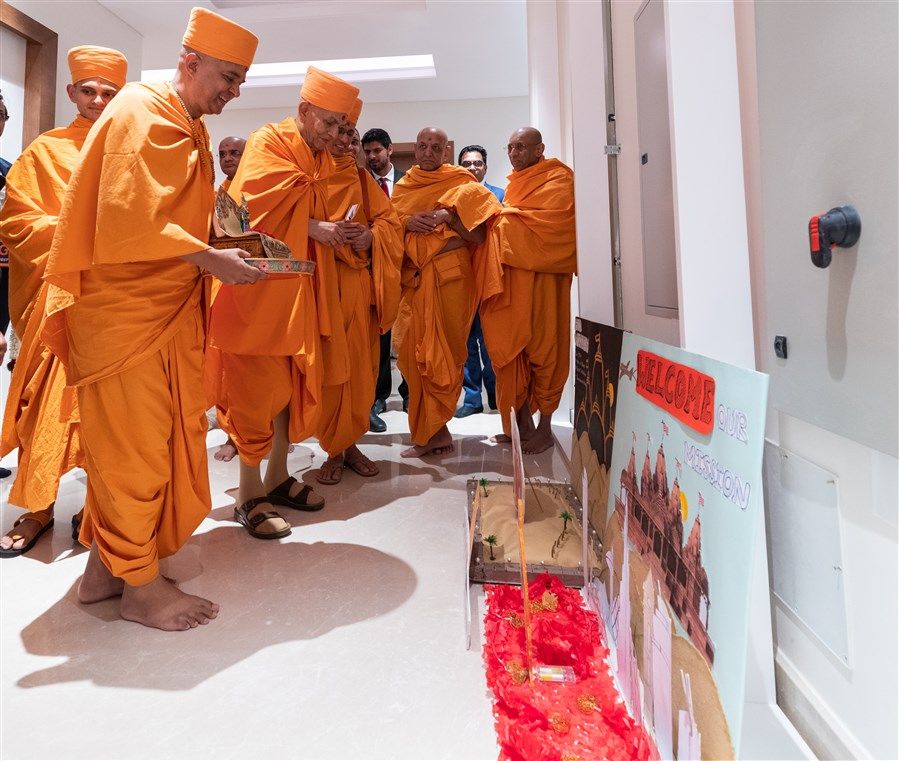 Swamishri observes welcome displays