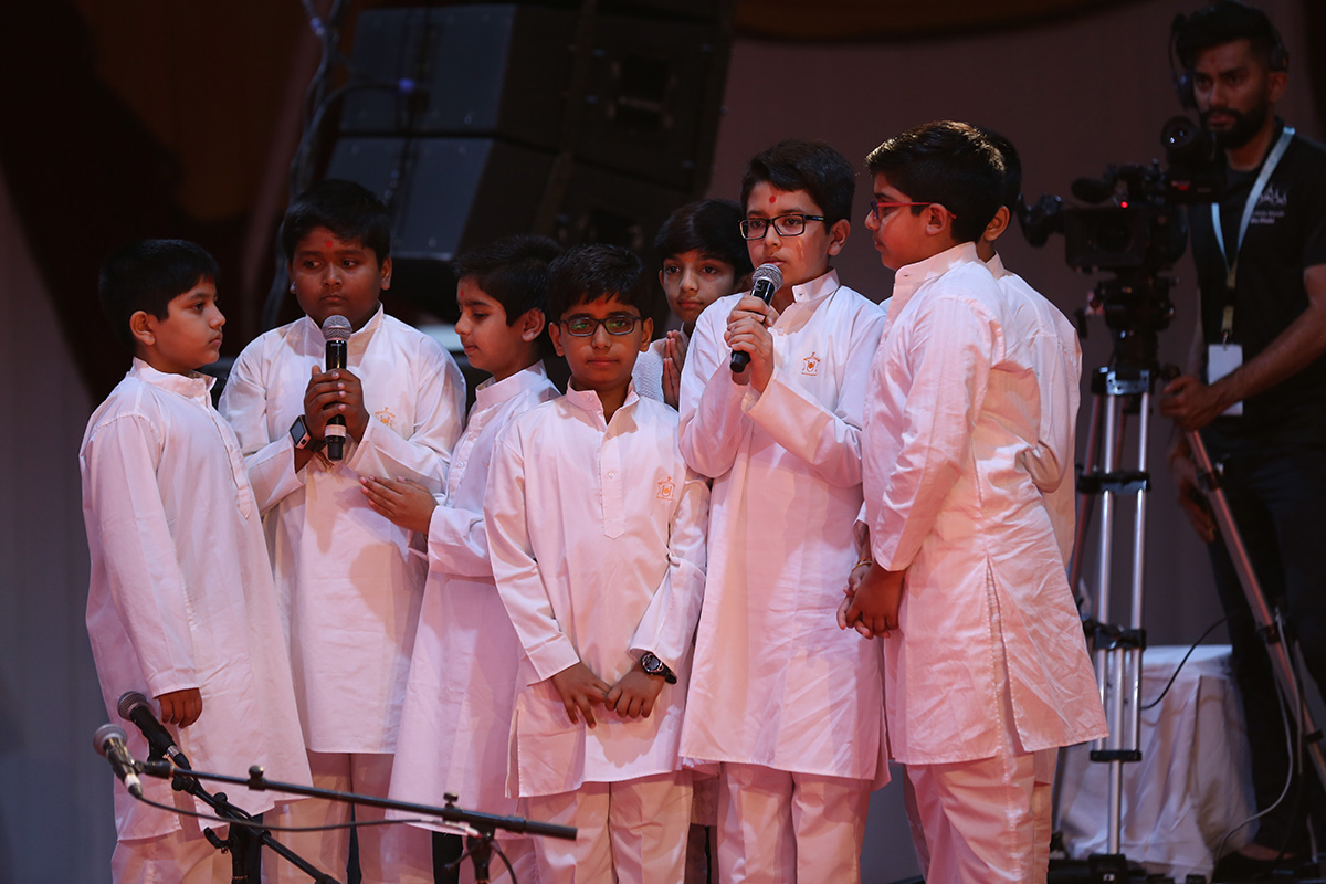 Children sing a bhajan in Swamishri's morning puja