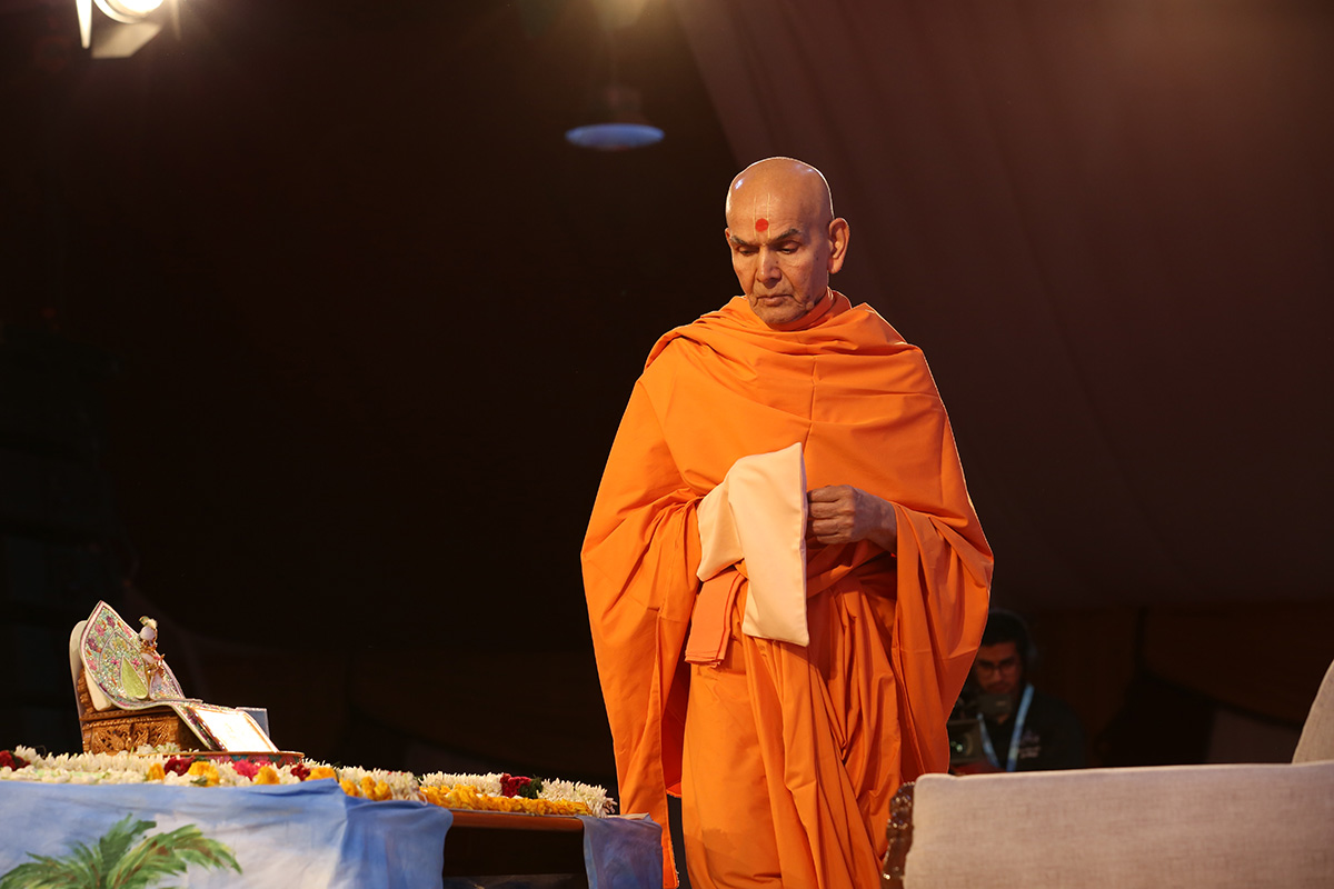 Swamishri performs the pradakshina