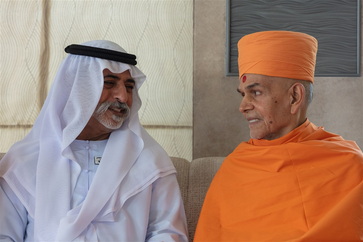 HH Mahant Swami Maharaj Visits the Grand Mosque with HE