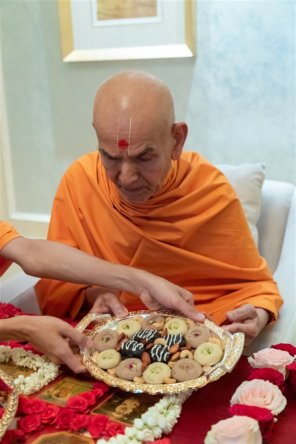 Swamishri offers thal to Shri Guru Parampara