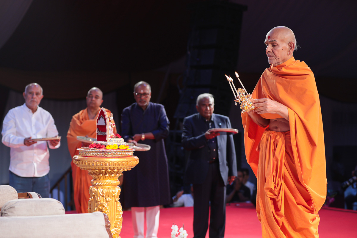 Swamishri and dignitaries perform the evening arti