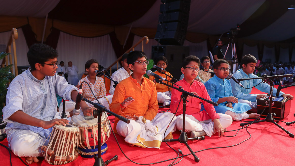 Children of the Mohana Group sing bhajans in Swamishri's morning puja