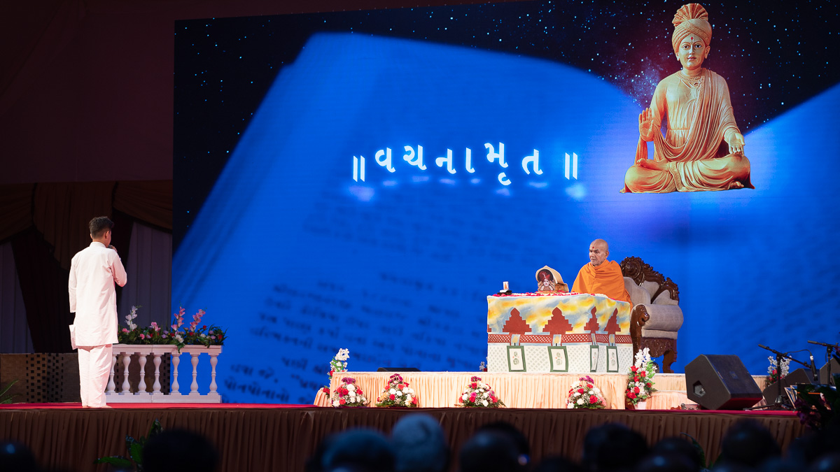 A child recites scriptural passages in Swamishri's puja