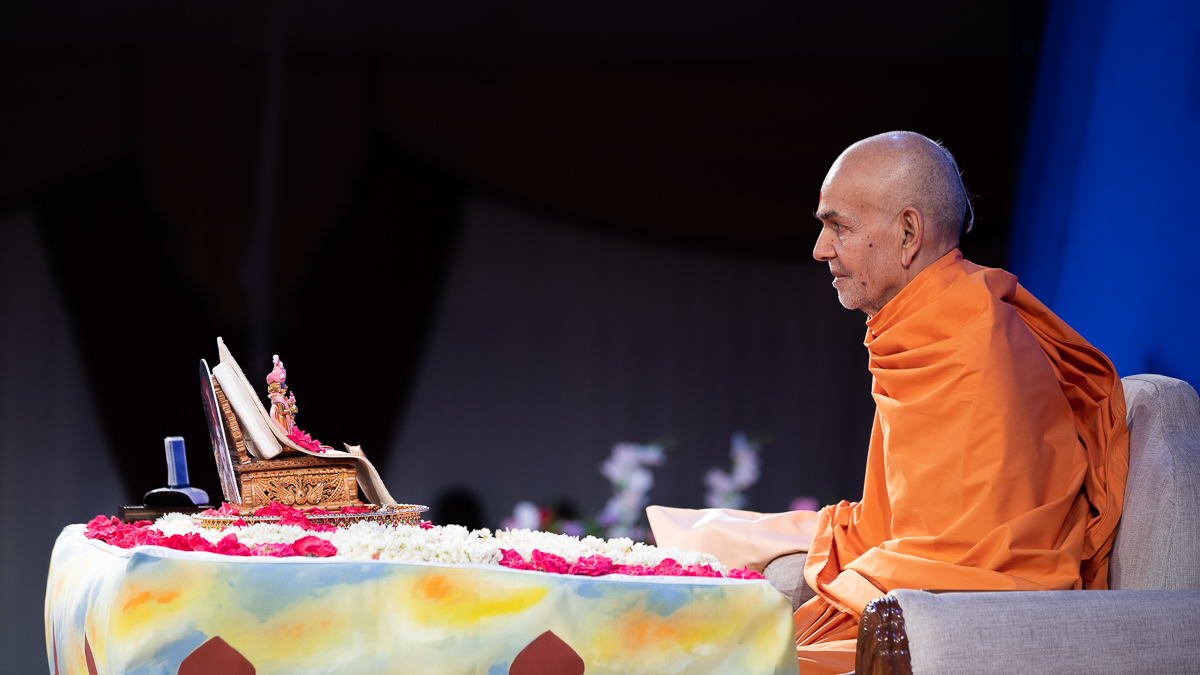 Swamishri listens to the children's recitations