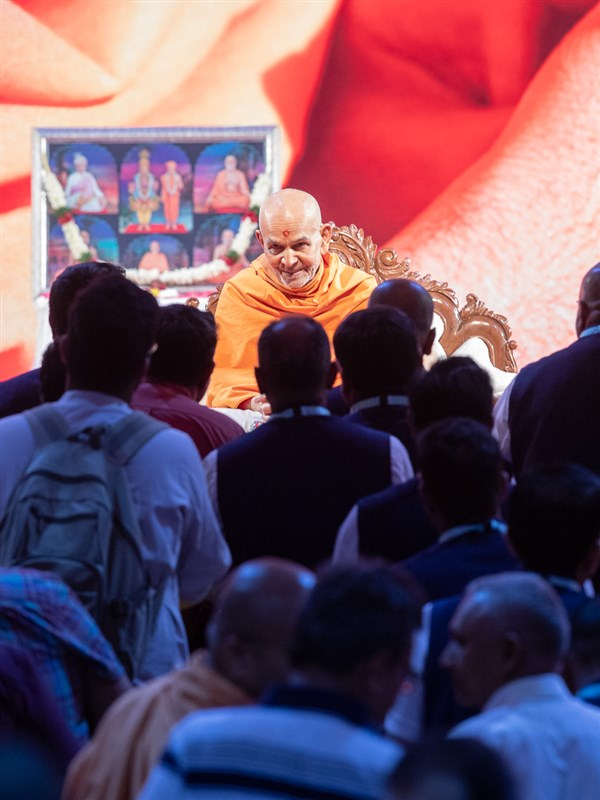 Devotees doing samip darshan of Swamishri