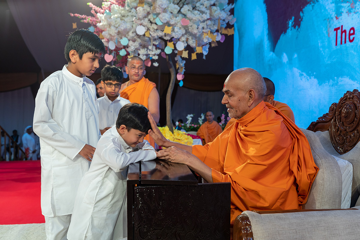 Swamishri blesses children