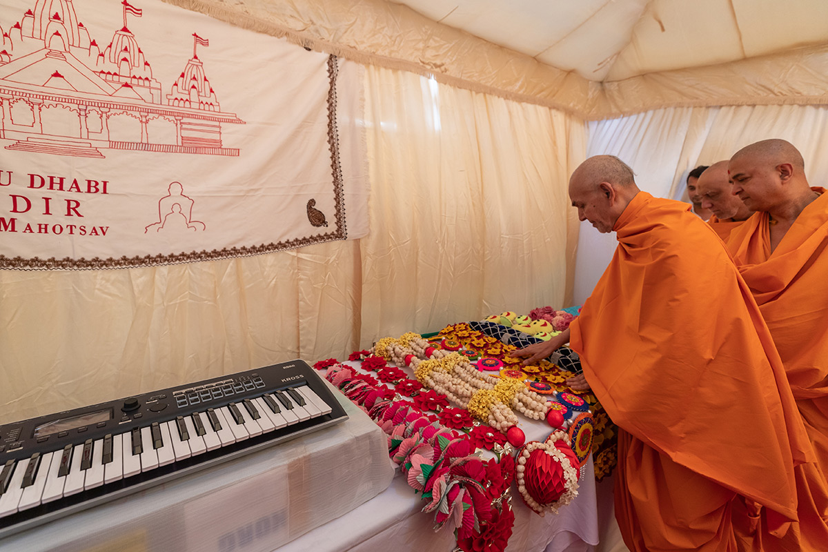 Swamishri sanctifies garlands prepared by devotees