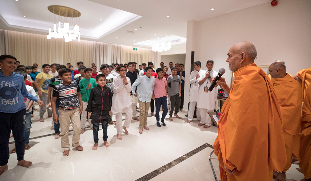 Swamishri plays 'Shriji says...' with children