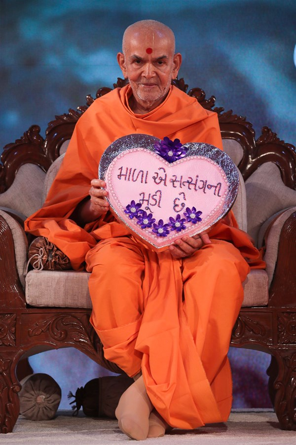 Swamishri sanctifies a pillow