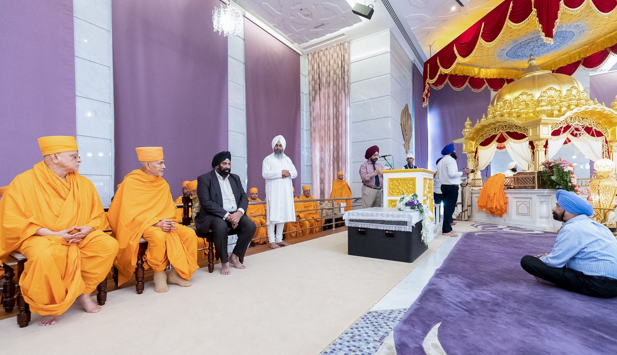 Swamishri during the assembly at the Gurudwara