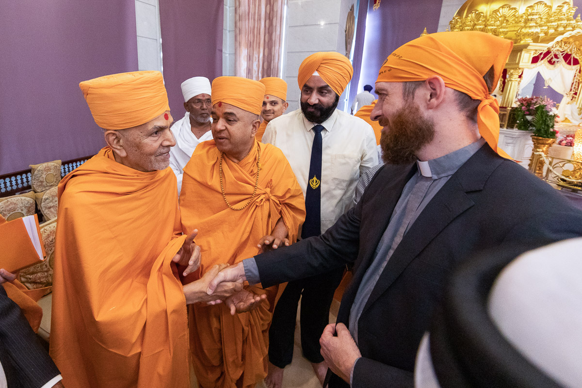 Swamishri greets a visitor to the Gurudwara