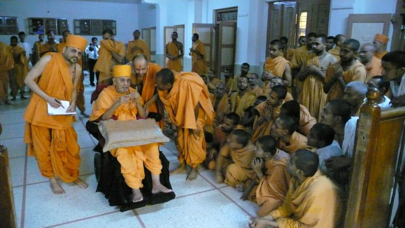 Swamishri arrives at Bhadra Mandir