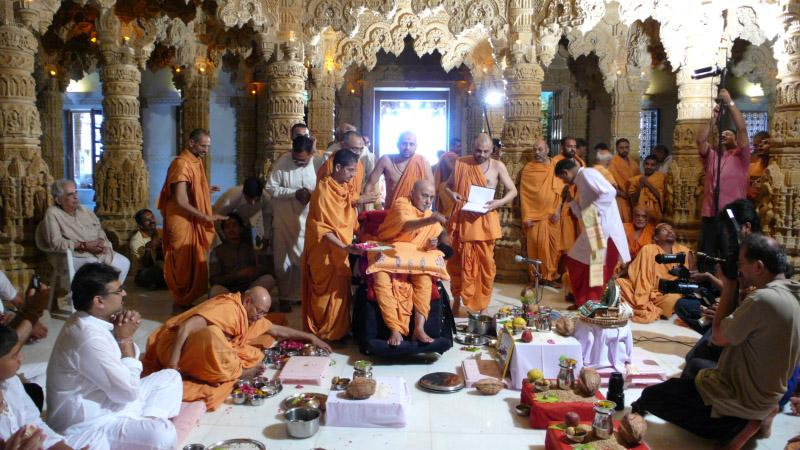 Swamishri presides over the Vastu rituals