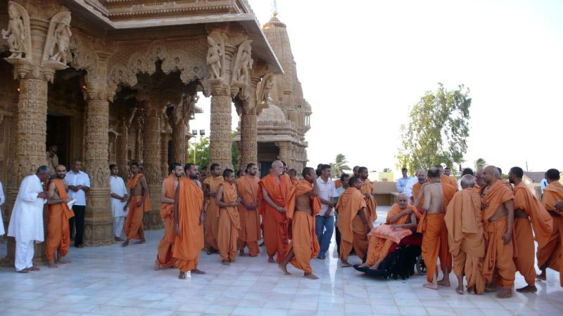 Swamishri visits the mandir