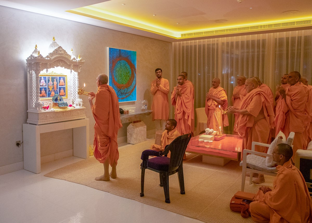 Swamishri and Pujya Ishwarcharan Swami perform the evening arti