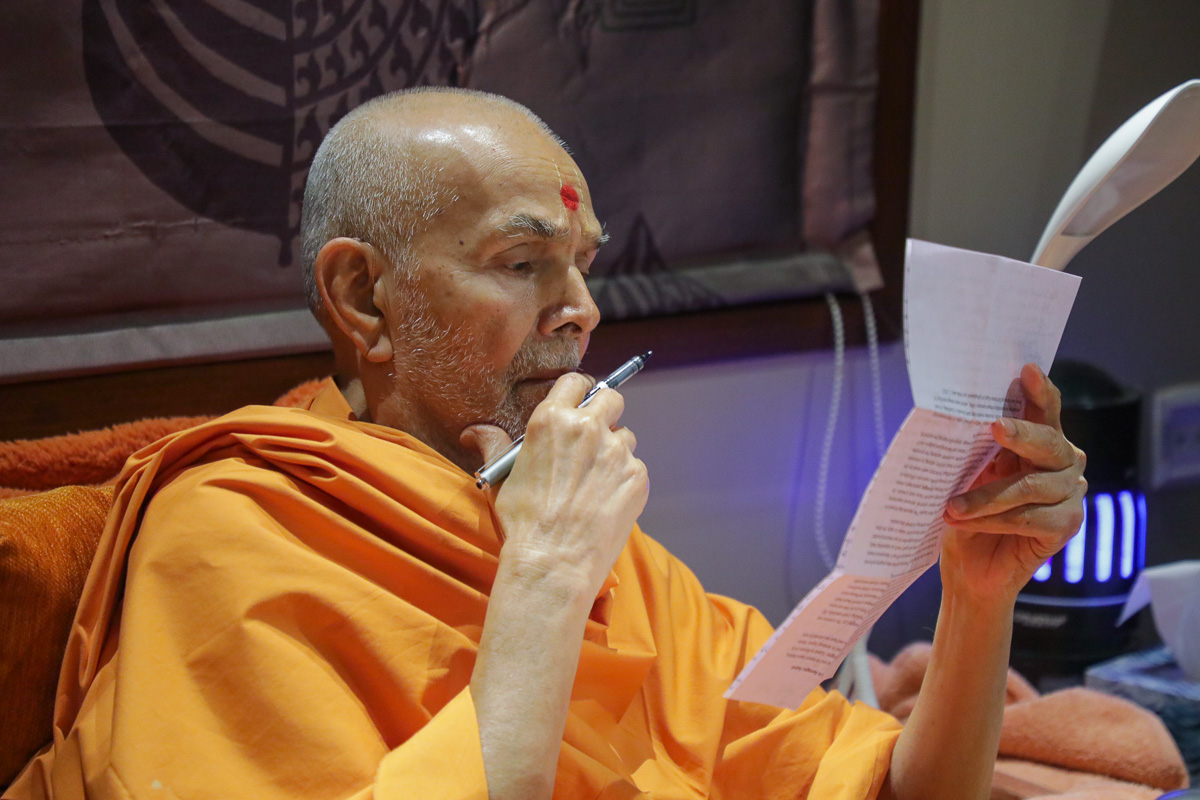 Swamishri reads a devotee's letter