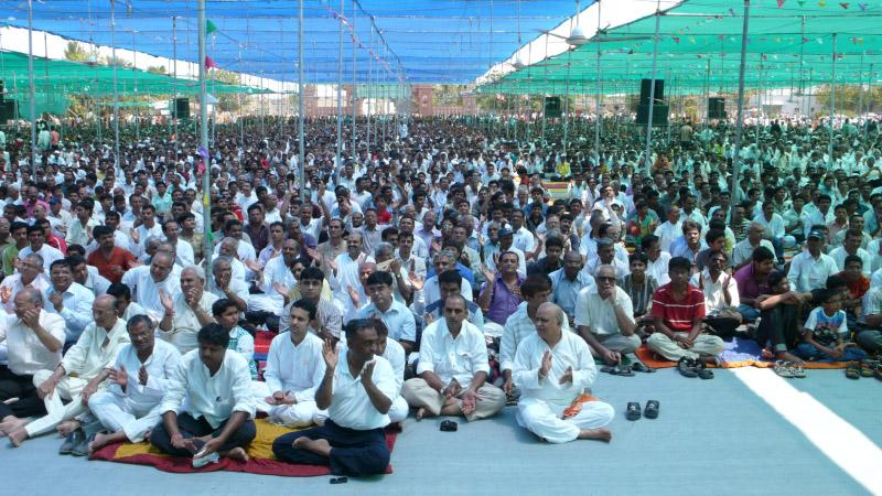 Devotees in the pratishtha assembly