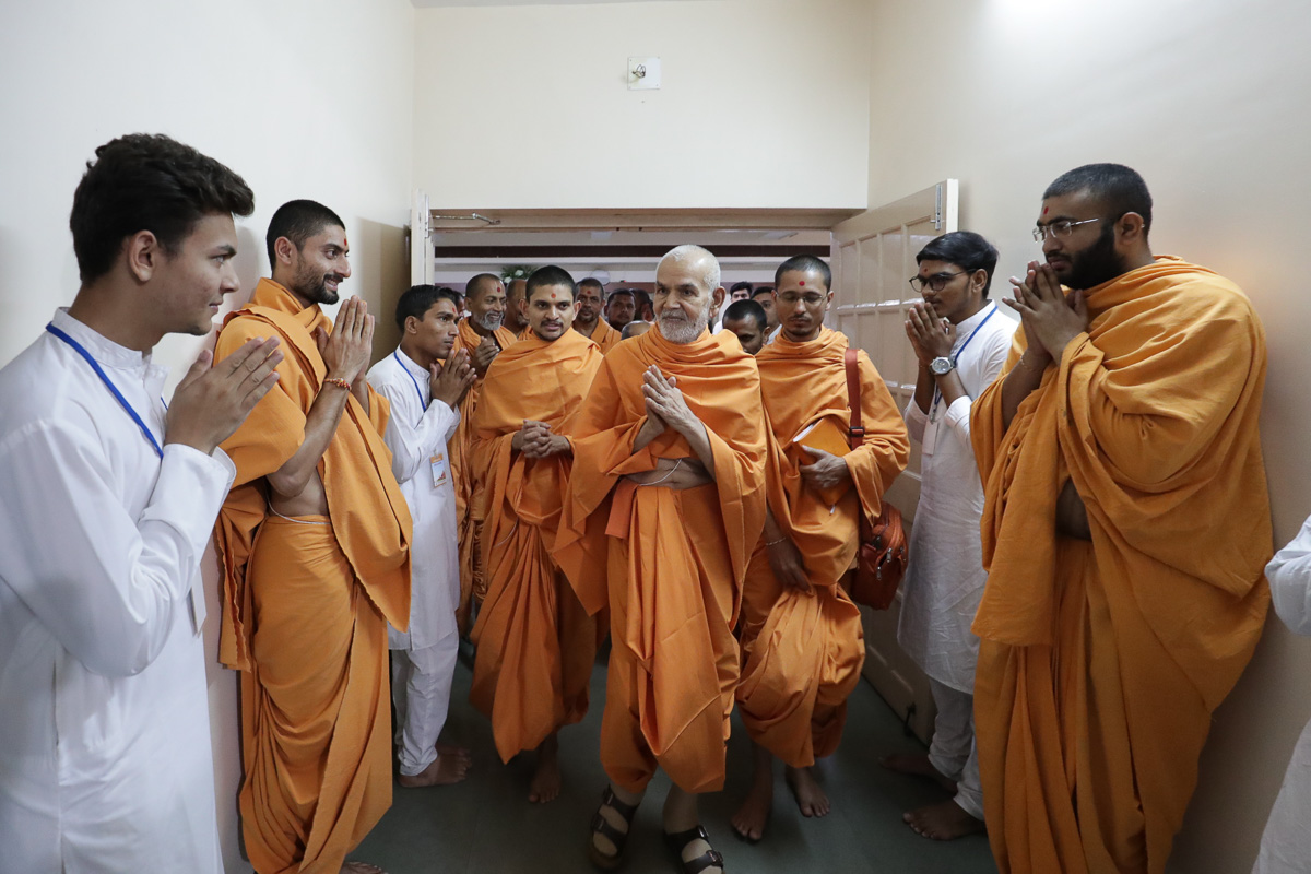 Param Pujya Mahant Swami Maharaj greets everyone with folded hands