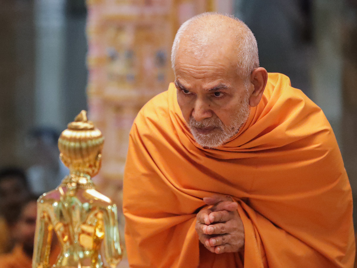 Swamishri engrossed in darshan of Shri Nilkanth Varni