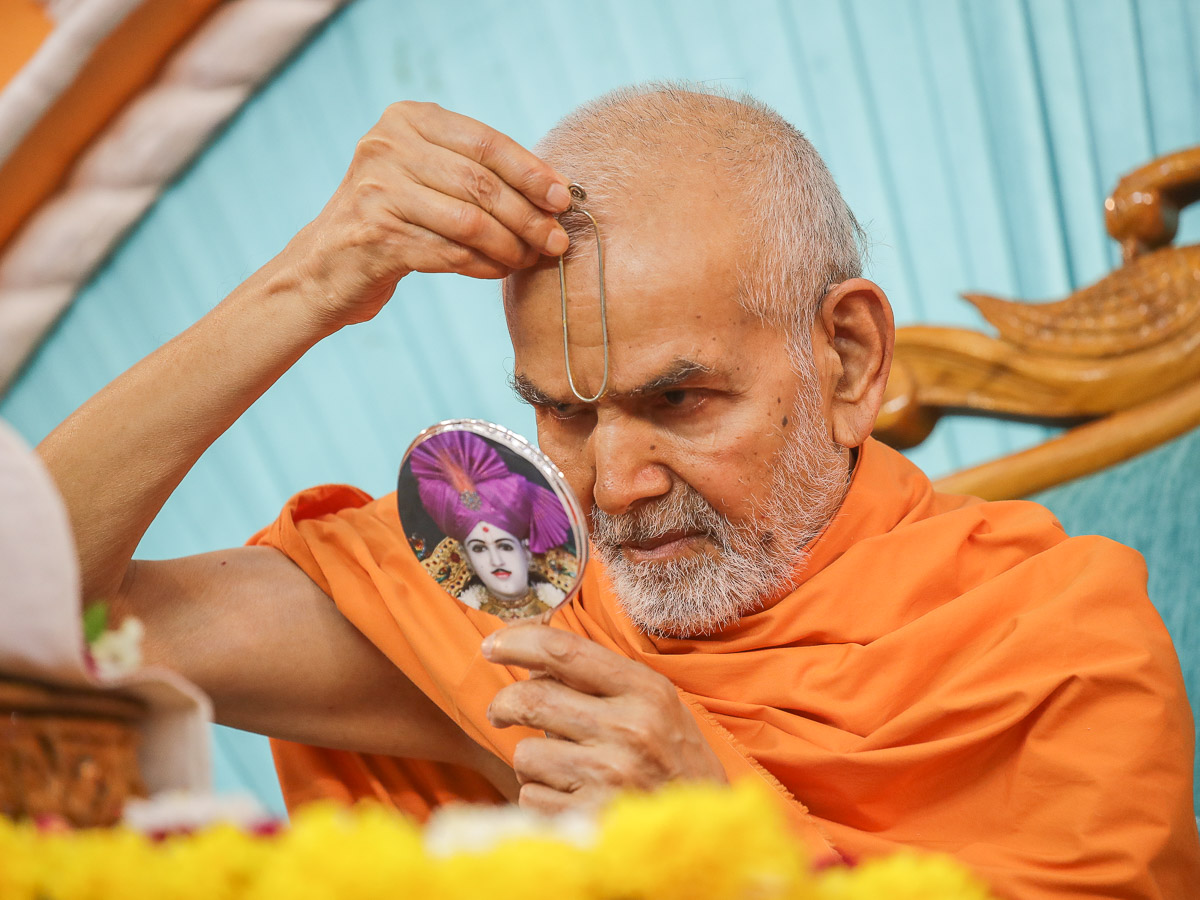 Swamishri applies tilak on his forehead