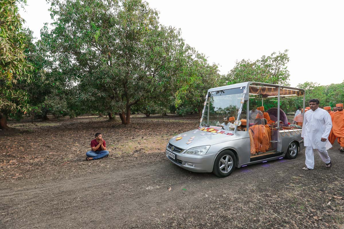 Swamishri arrives at Kanad for the Sunday satsang assembly