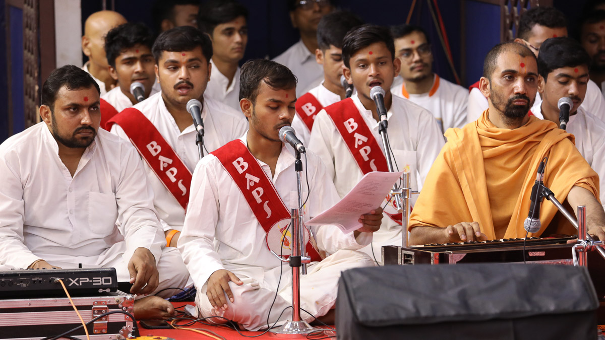 YTK youths sing kirtans in Swamishri's morning puja