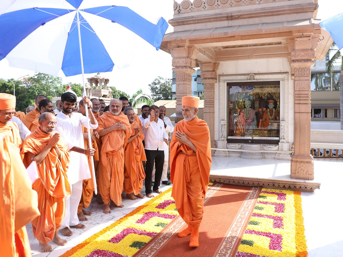 Swamishri greets all with 'Jai Swaminarayan' in the mandir pradakshina