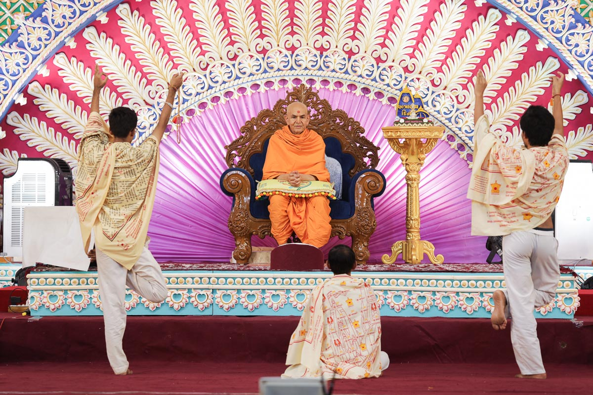 APC youths present before Swamishri