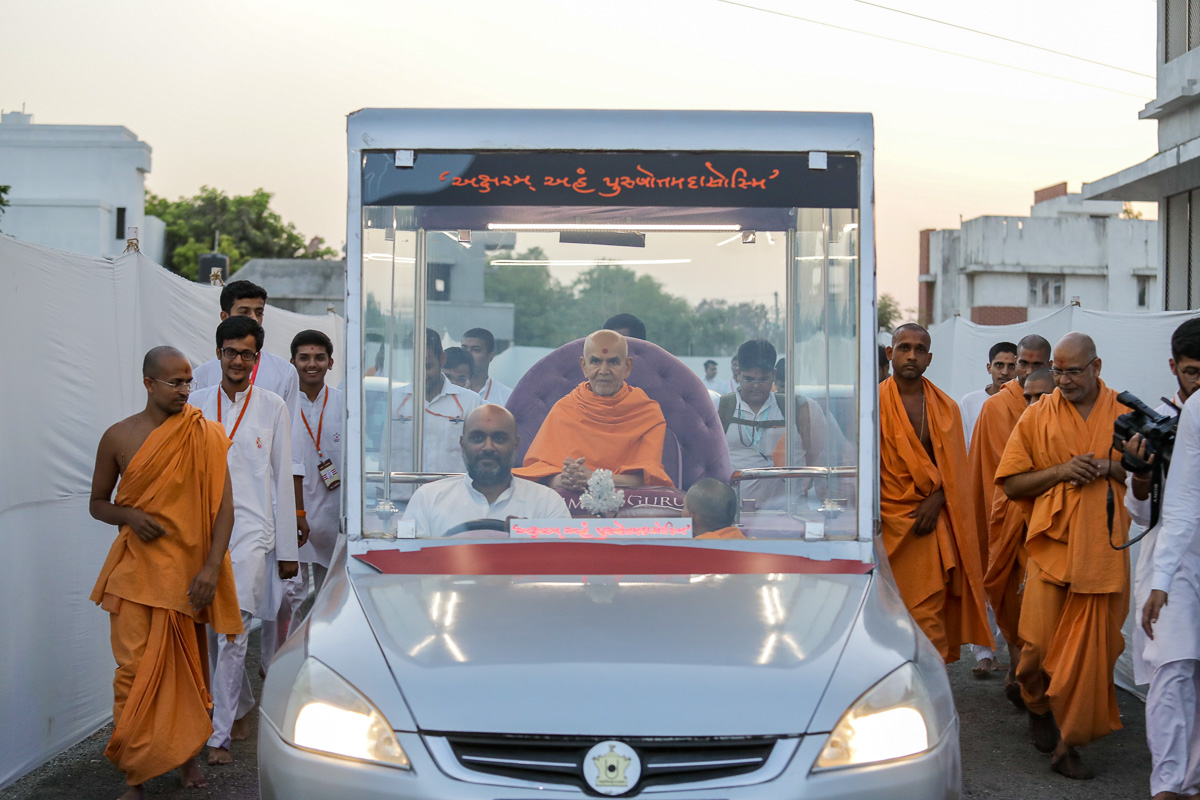 Swamishri on his way to the evening satsang assembly