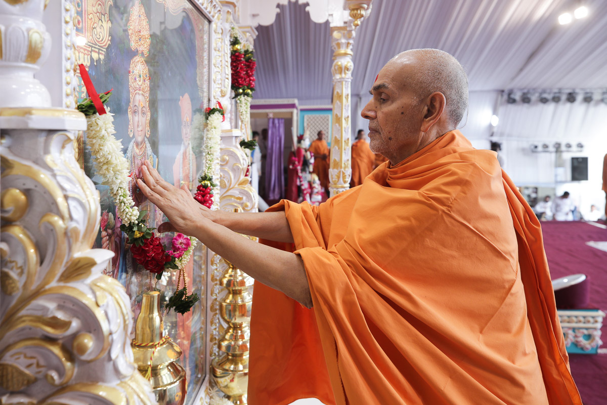 Swamishri performs the pratishtha rituals of the murtis for the BAPS Shri Swaminarayan Mandirs in Pansora (Nadiad), Sokhada (Sankarda), India and Melbourne (South Zone), Australia