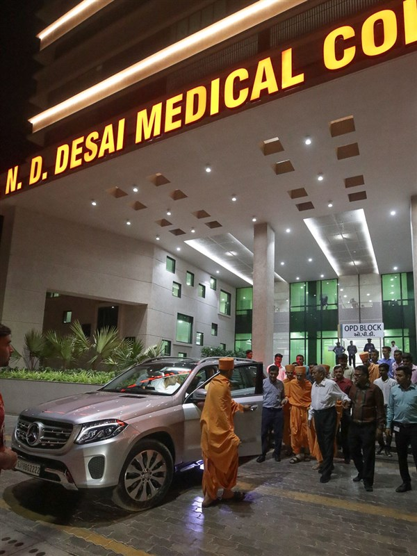Swamishri visits N.D. Desai Medical College