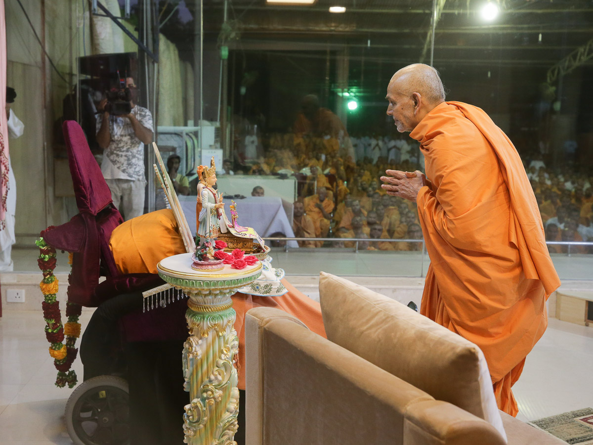 Swamishri engrossed in darshan of Thakorji at Pramukh Mandiram