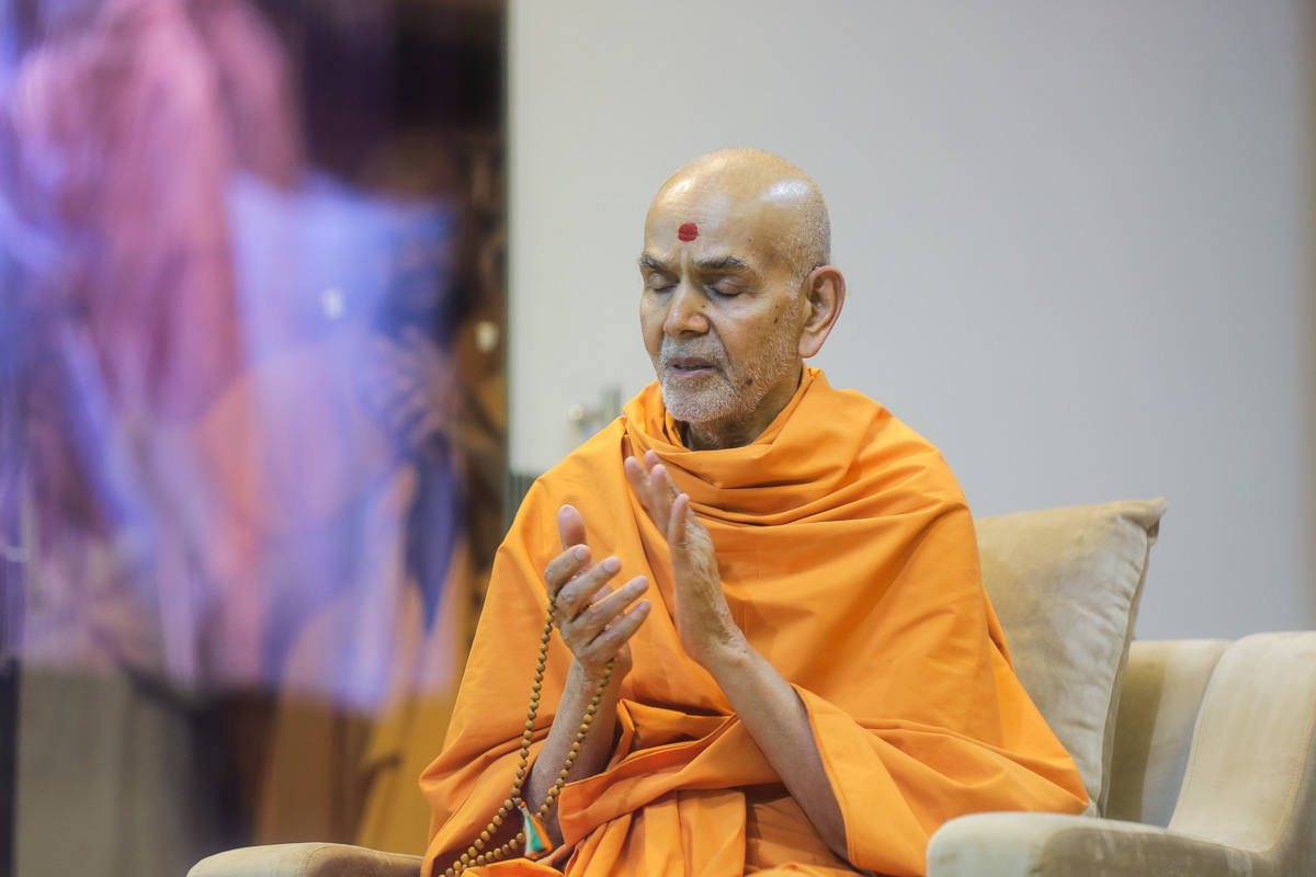 Swamishri chants the Swaminarayan dhun for victims of the fire tragedy in Surat